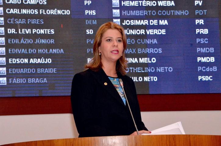 Valéria Macedo pede conclusão de reforma da escola