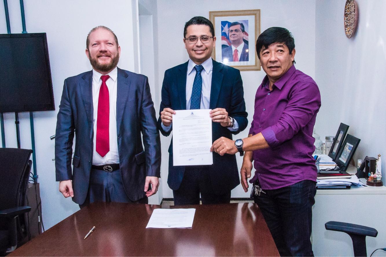 Othelino participa da assinatura de convênio para a construção de hospital em Alto Parnaíba