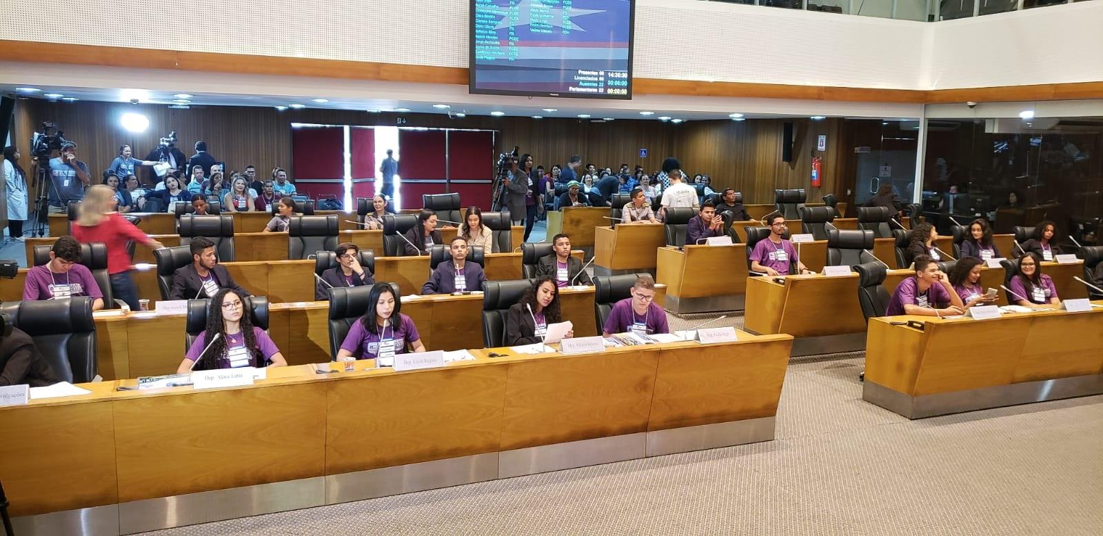 Sessão plenária do Parlamento Estudantil com os 22 deputados estudantes, representando diversos municípios