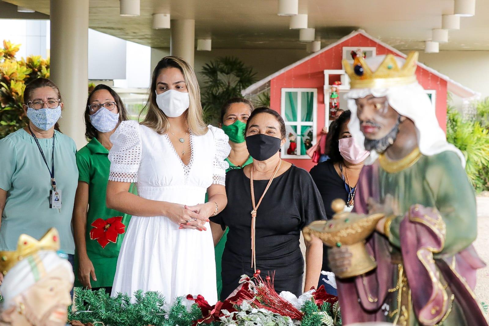 A presidente do Gedema verificou a montagem do presépio, um dos principais símbolos do Natal