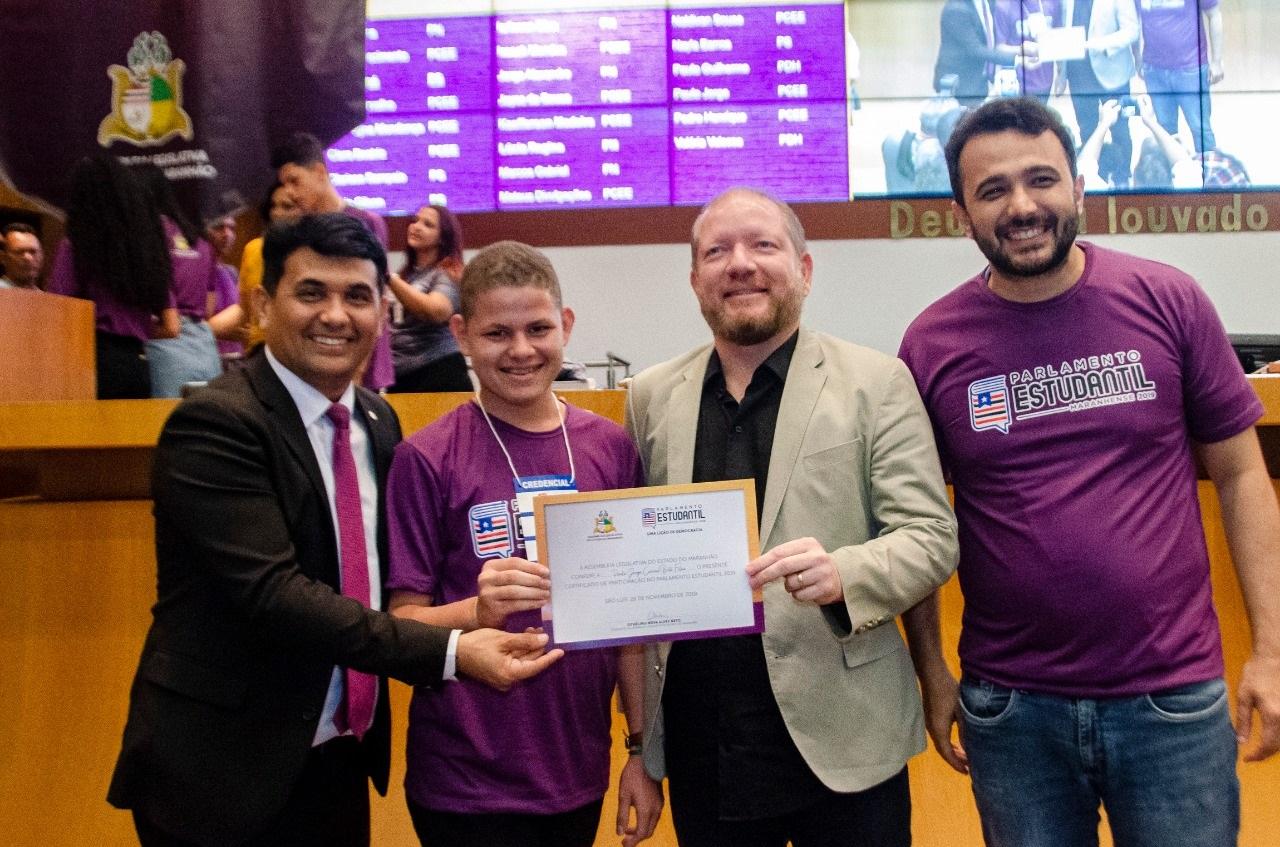 Othelino Neto, Wellington do Curso e Yglésio entregam o diploma de participação a um dos deputados estudantes