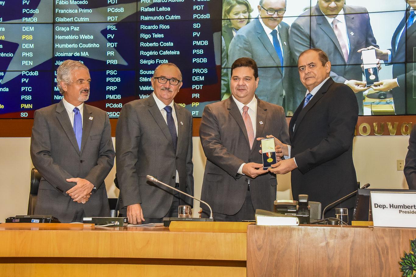 Humberto Coutinho ganha homenagem da Uema, com a Medalha Gomes de Sousa