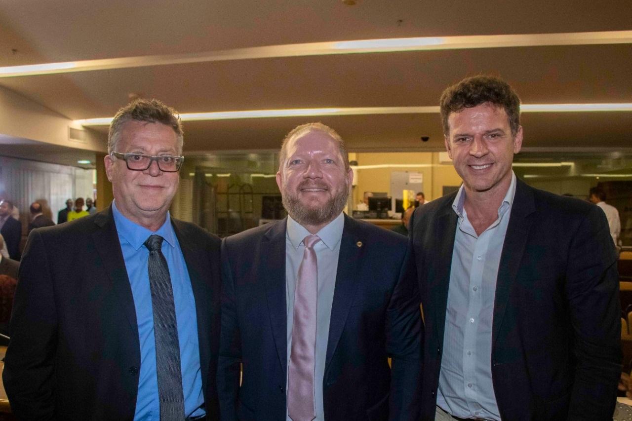 O presidente da Assembleia, Othelino Neto, com os palestrantes Eduardo Fagnani e Eduardo Moreira (à direita)