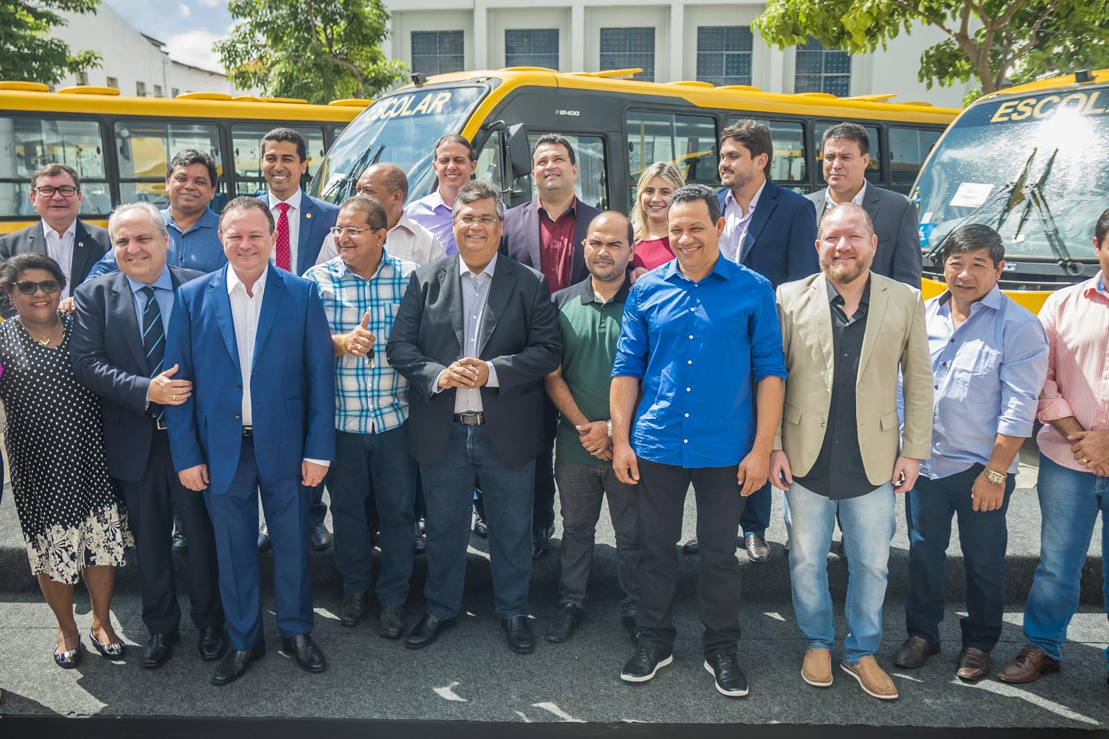 Deputados participam da entrega de ônibus escolares a municípios maranhenses