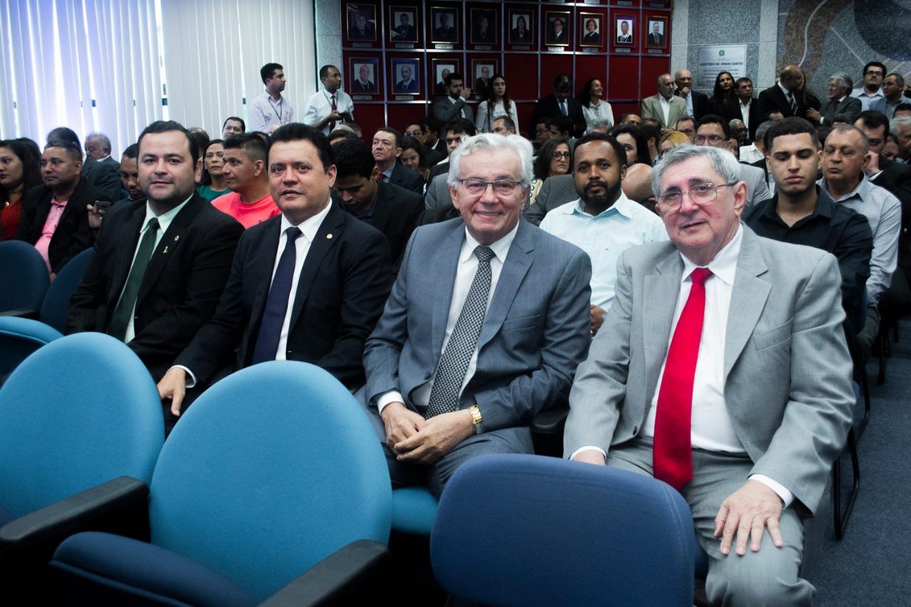Os deputados Vinícius Louro, Rigo Teles e Arnaldo Melo na cerimônia, ao lado do conselheiro do TCE/MA, Washington Luiz