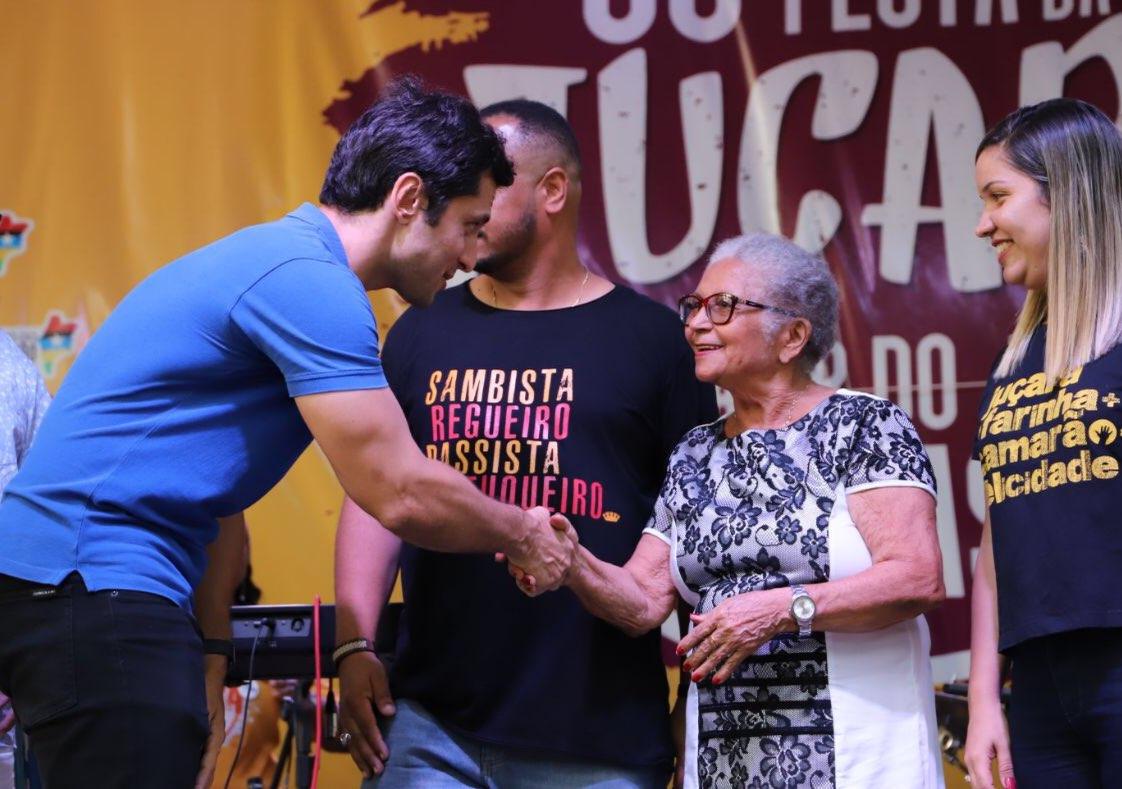 O deputado cumprimenta Dona Concita, uma das fundadoras do tradicional evento