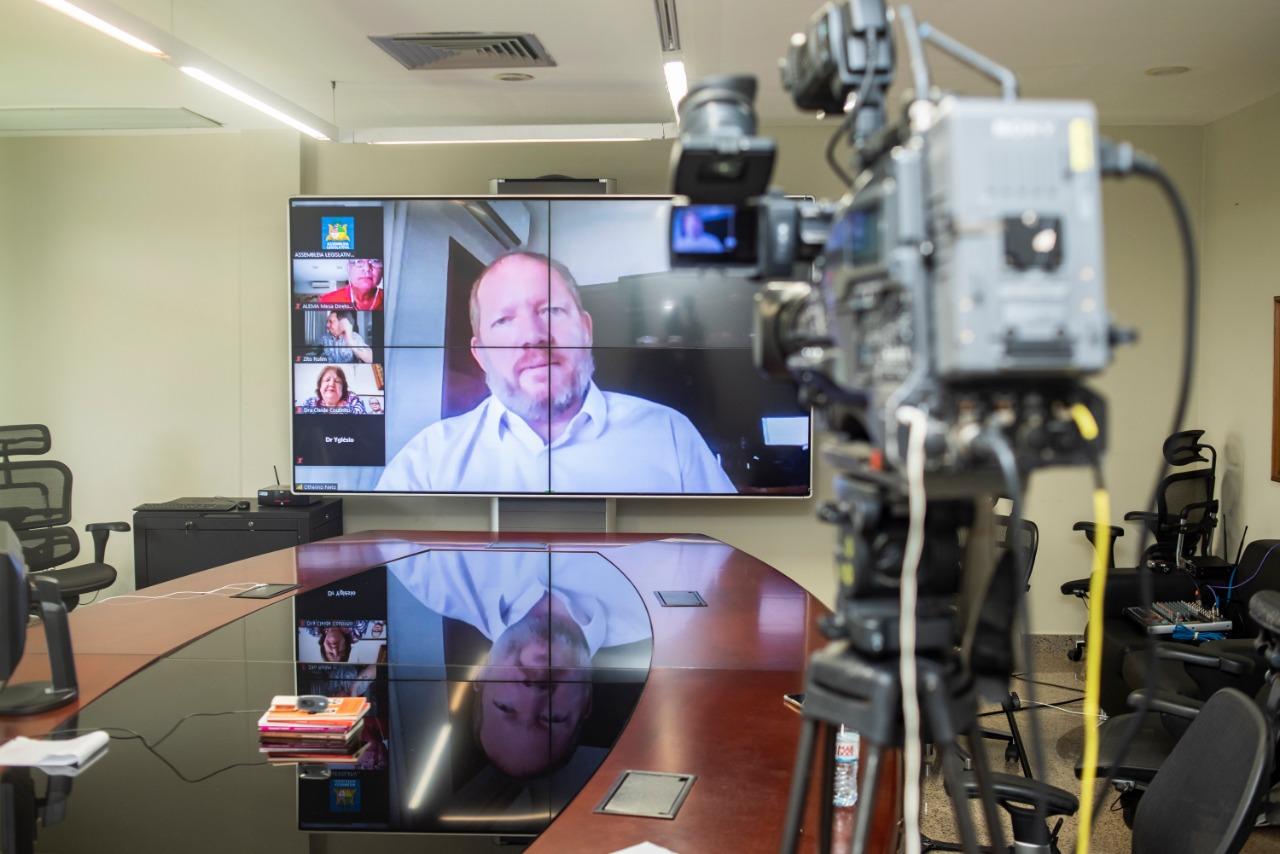 Othelino Neto presidiu a sessão por videoconferência na qual foram votados projetos voltados ao enfrentamento da pandemia da Covid-19