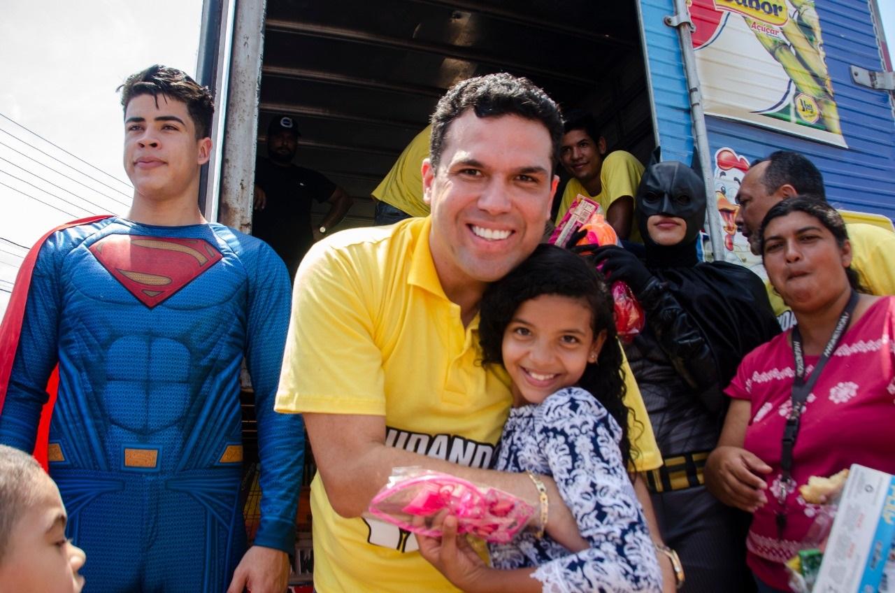 Deputado Fábio Macedo com as crianças que foram agraciadas por presentes em homenagem ao seu  dia