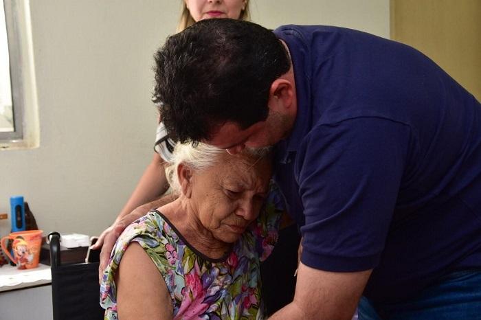 Adelmo Soares visita Dona Conceição, para quem entregou uma nova cadeira de rodas