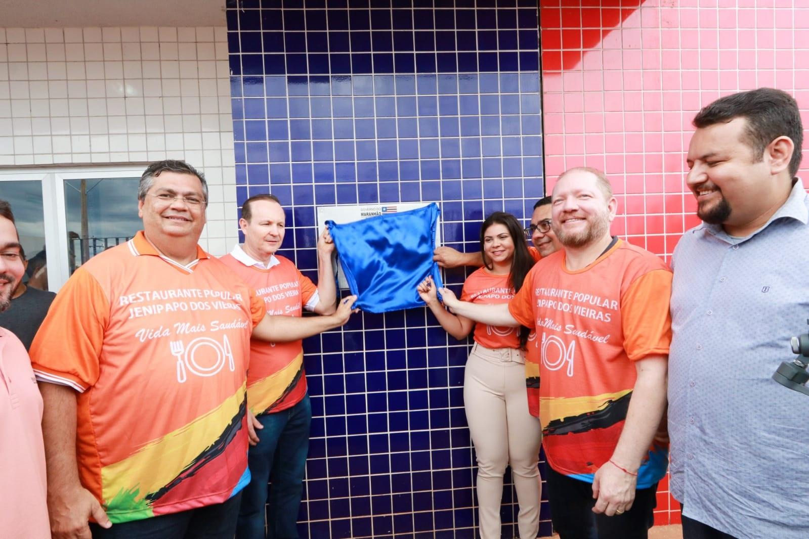 Flávio Dino, Othelino Neto, Moisés Ventura e outras autoridades descerram a placa de inauguração do restaurante popular