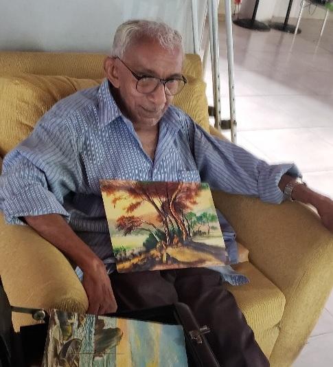 O arquiteto Ithamar, de 86 anos, exibe as suas telas guardadas com carinho entre as memórias do Asilo no qual mora, por vontade própria, há 20 anos