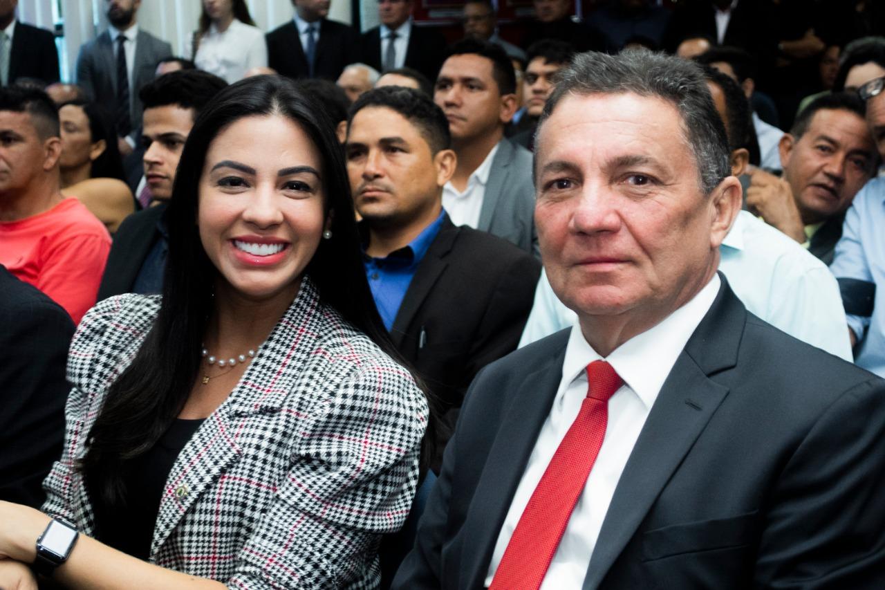 Deputada Daniella Tema ao lado do prefeito de Tuntum, Cleomar Tema, na cerimônia