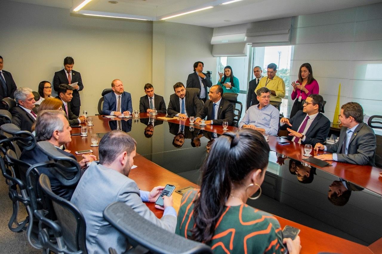 Diversos parlamentares participaram do ato de entrega da carta compromisso à Fundação