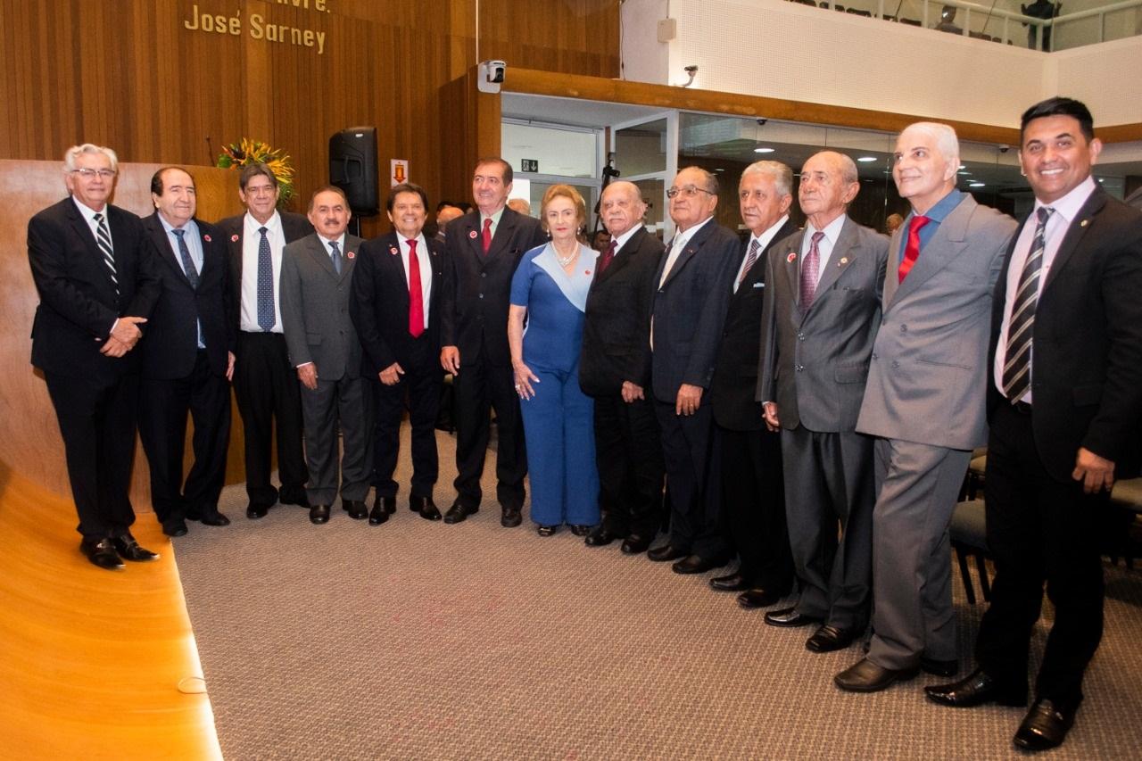 Deputados constituintes, parlamentares atuais e convidados marcaram presença na sessão solene