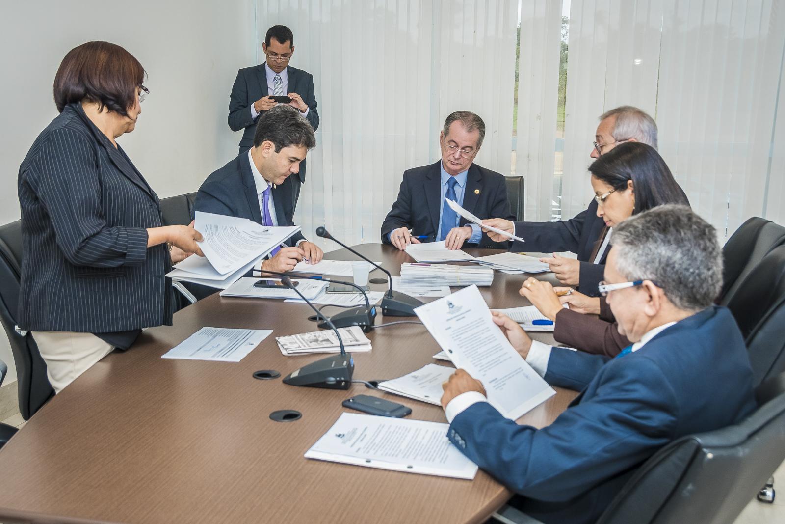 CCJ analisa vários projetos de parlamentares e debate medidas provisórias do Executivo