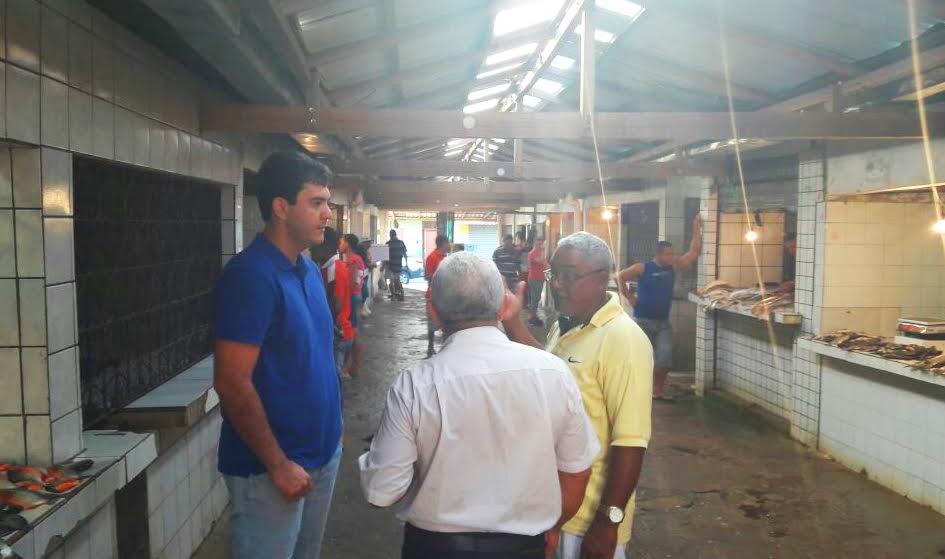 Eduardo Braide visita Mercado do Anjo da Guarda e anuncia emenda parlamentar para reforma