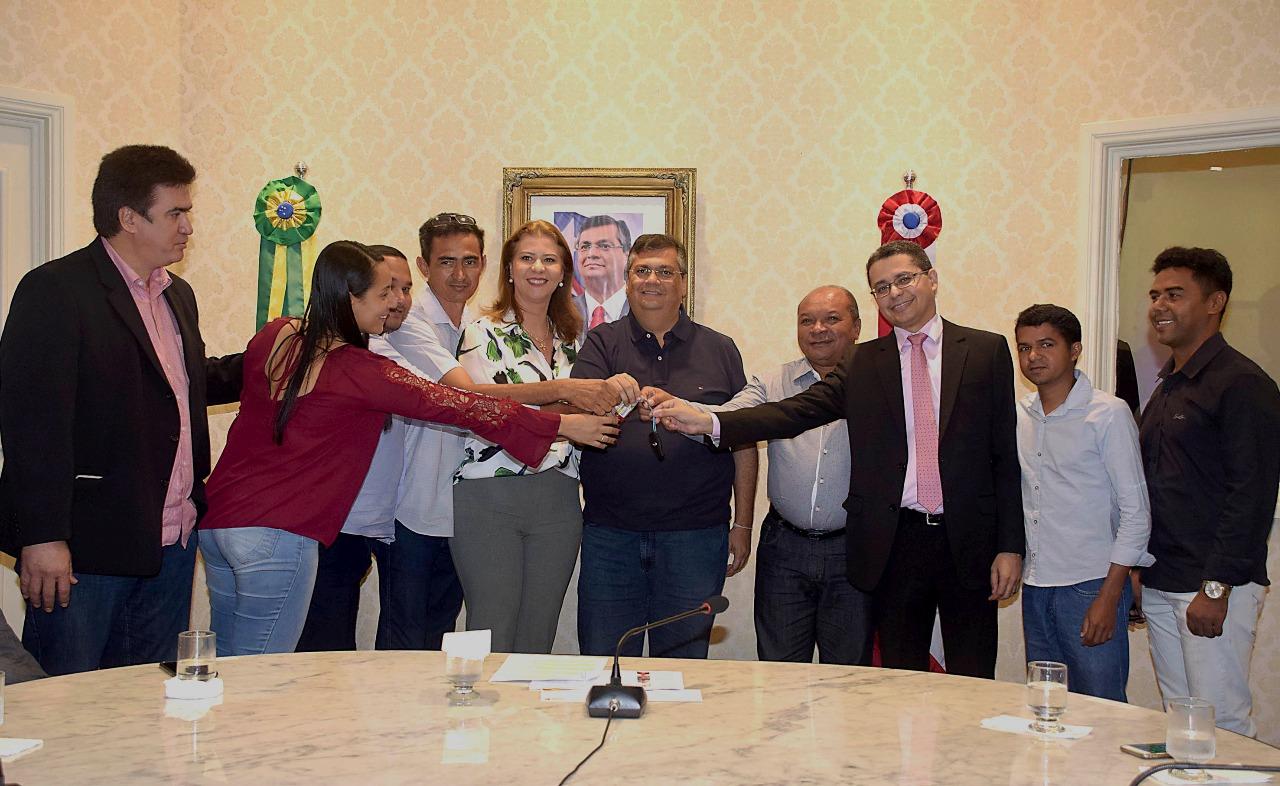 Deputada Valéria Macedo entrega ambulância para o município Governador Edison Lobão com o governador Flávio Dino e o prefeito prof. Geraldo Braga
