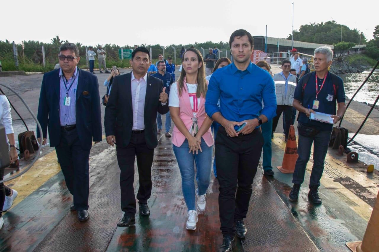 Os deputados Wellington do Curso, Thaiza Hortegal e Duarte Jr. coordenam a vistoria aos ferryboats