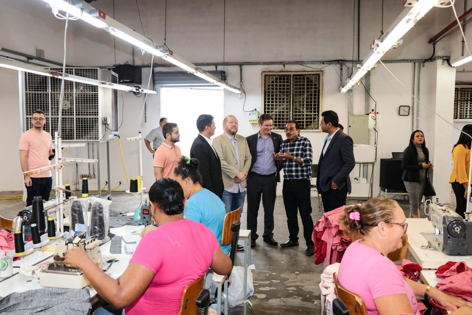 Em Timon, Othelino Neto fez visita à fábrica de confecções Justa Forma, que tem ampla atividade produtiva no município