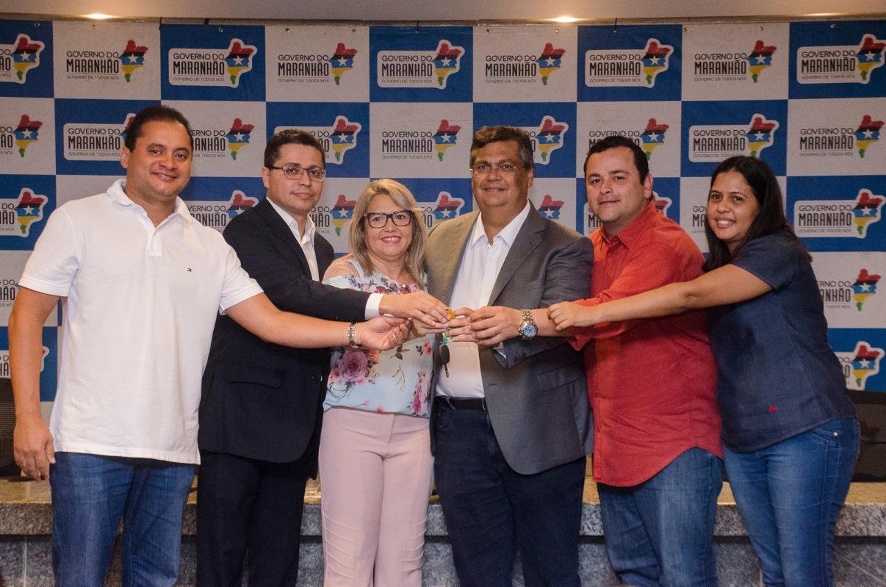 Vinícius Louro e Flávio Dino entregam van para o transporte de vacinas em Pedreiras