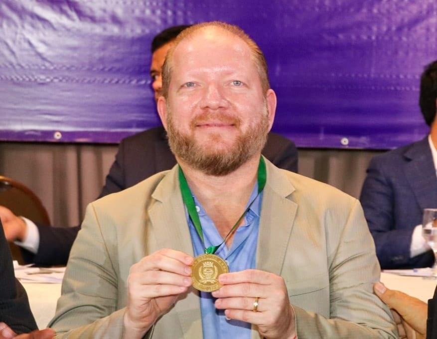 Presidente da Alema, Othelino Neto, com a medalha do Mérito Legislativo concedida por indicação do vereador José Carlos