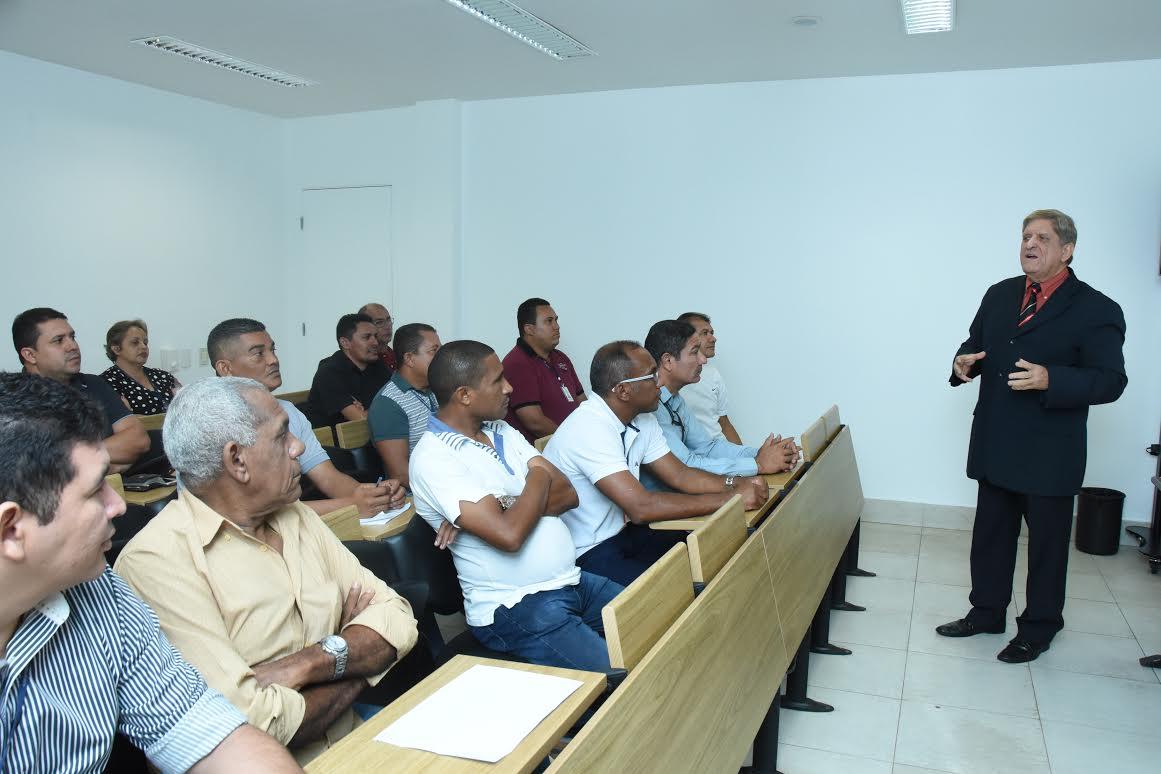Escola do Legislativo capacita motoristas e militares com palestra de educação no trânsito