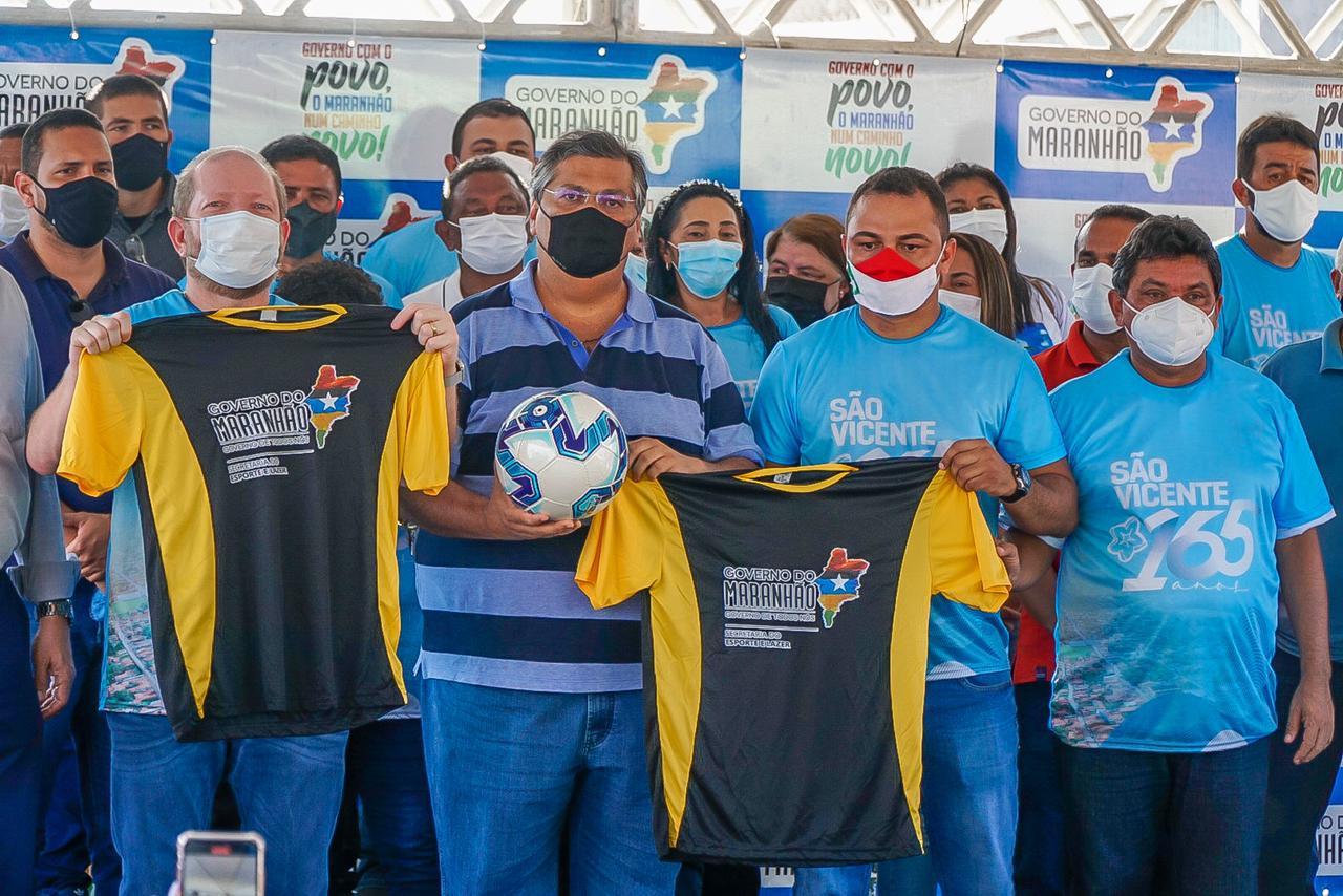 Othelino ao lado do governador Flávio Dino e do prefeito Adriano Freitas, durante entrega de kits esportivos em São Vicente Férrer