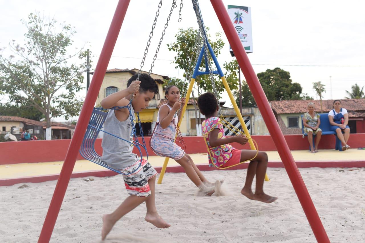 Crianças brincam no novo parquinho da Praça da Bíblia, que recebeu melhorias em sua estrutura para proporcionar mais lazer à população