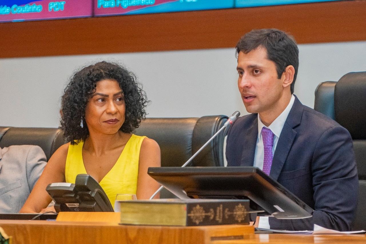 A homenageada Kátia Régis Evangelista e o deputado Duarte Júnior, autor do título à educadora, durante a cerimônia
