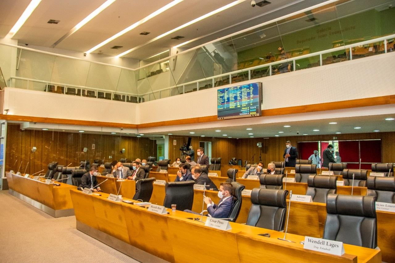Deputados participam de forma presencial da sessão plenária da Assembleia Legislativa do Maranhão