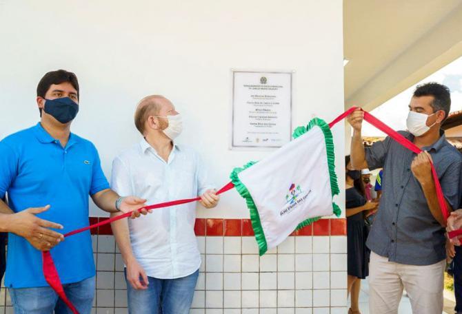 Othelino participa de inauguração de escola e anuncia asfalto para Olho d