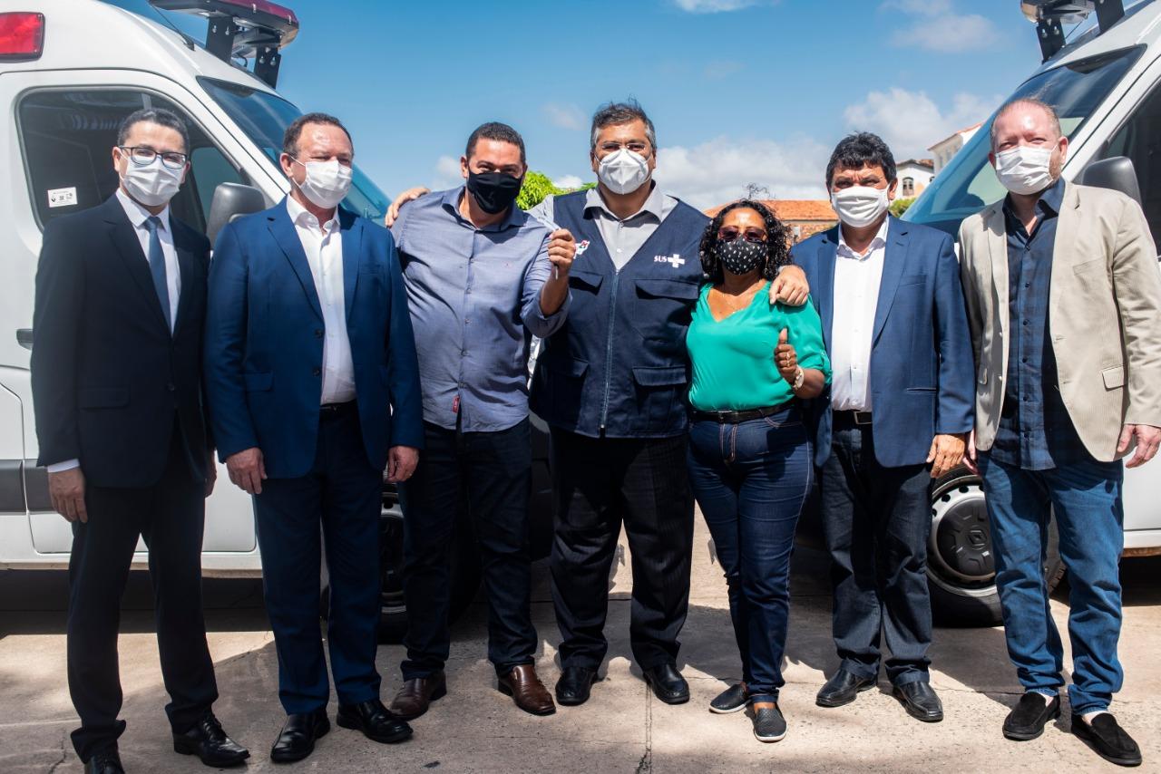 Othelino e as outras autoridades entregam chave de ambulância ao prefeito de Santo Amaro, Leandro Moura