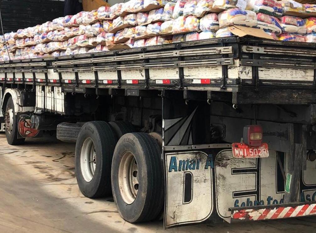 Caminhão carregado de cestas básicas, que estão sendo doadas a famílias carentes