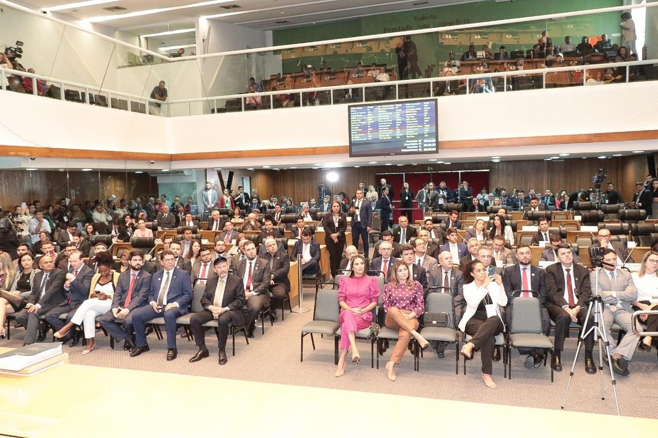 A sessão solene foi acompanhada por deputados e convidados no Plenário Nagib Haickel