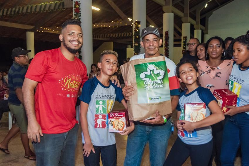 Alunos e pais recebem cestas básicas das mãos da equipe do Gedema