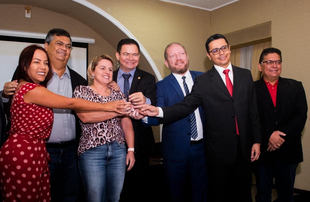 Flávio Dino, Othelino, Rafael Leitoa e Carlos Lula entregam a ambulância aos representantes do município de Timon