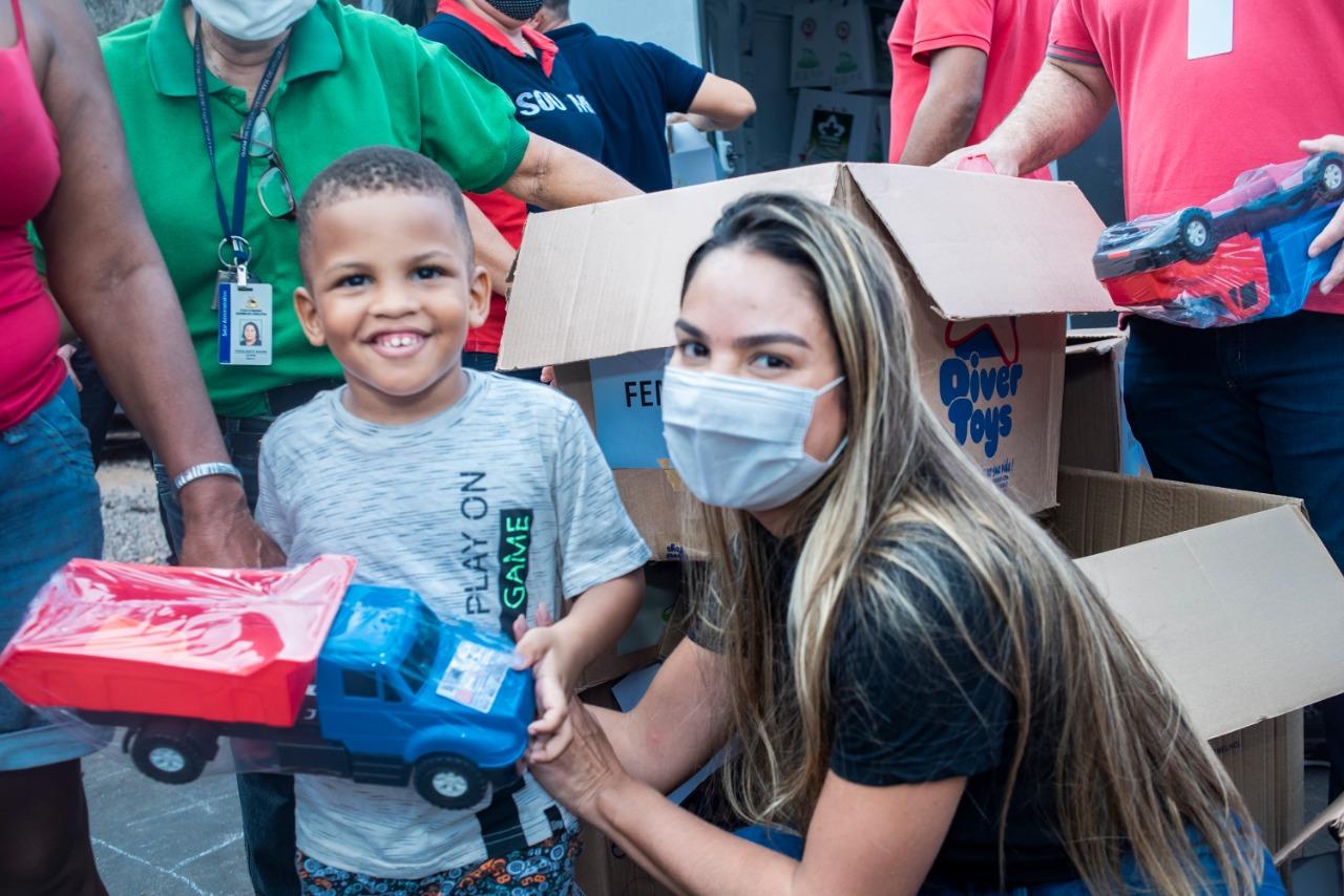As crianças ficaram felizes ao receber brinquedos como presentes de Natal doados pelo Gedema Solidário