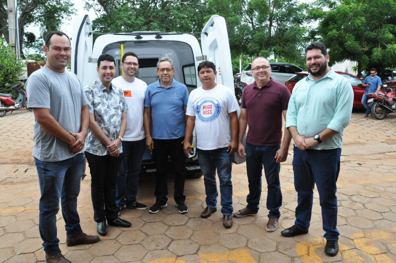 Deputado Ciro Neto, prefeito Juran Carvalho e membros do secretariado na entrega de ambulância ao município de Presidente Dutra