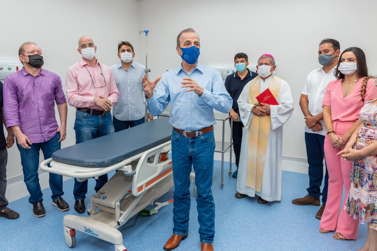Othelino Neto ouve discurso do presidente da Fundação Pio XII, Henrique Prata, sobre a experiência do Hospital de Amor de Barretos