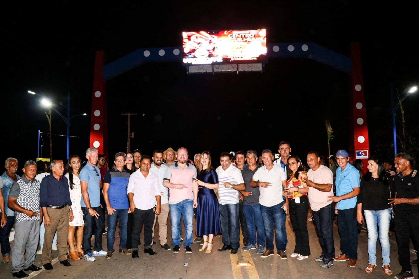 Othelino, Detinha, Hélio Soares e outras autoridades na inauguração do novo portal de entrada da cidade