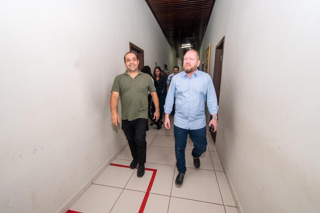 O presidente da Assembleia e o deputado Rildo Amaral percorrem o corredor da Câmara Municipal de Imperatriz