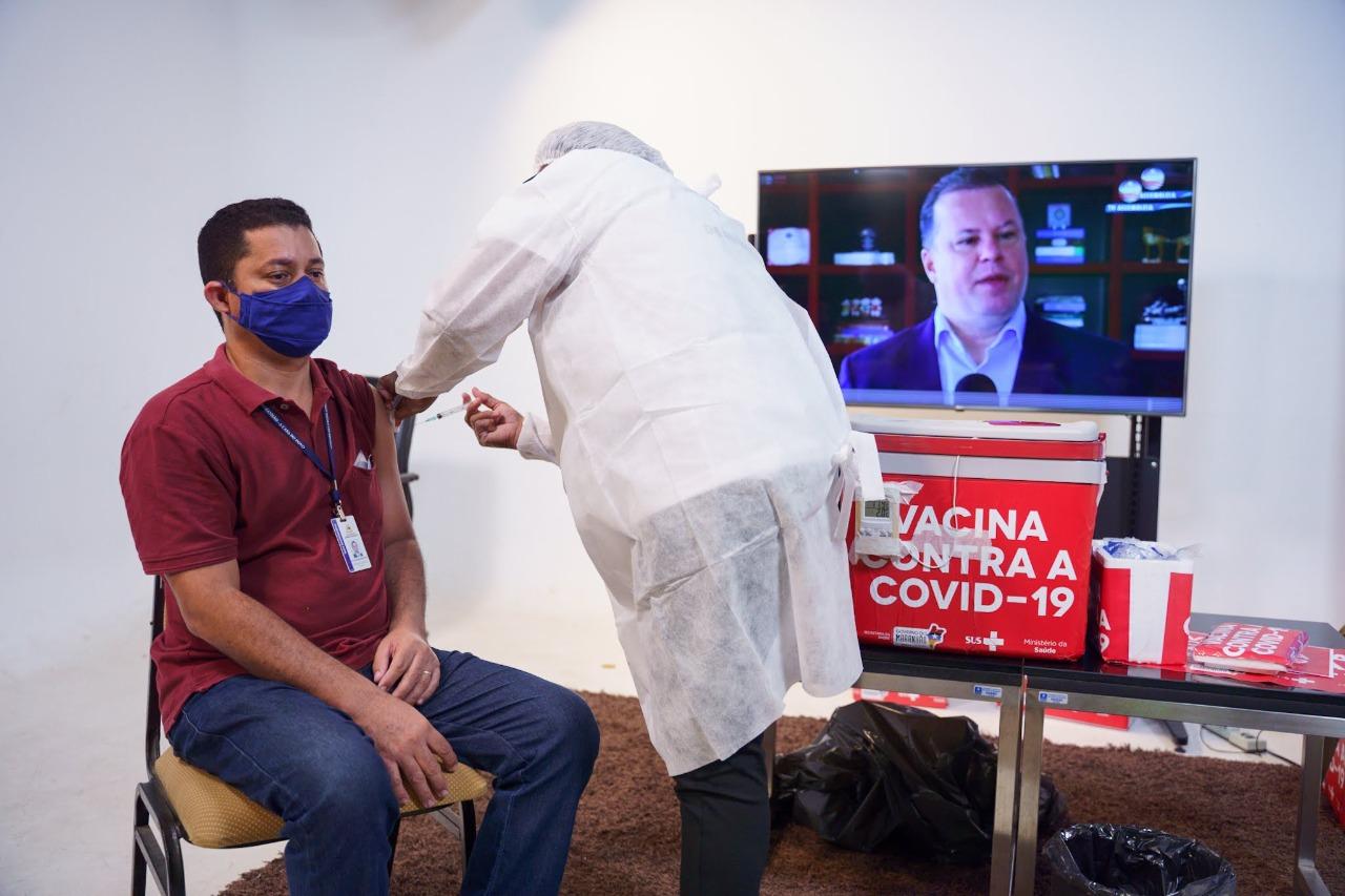 Cinegrafista Gleidson Martins é imunizado no Complexo de Comunicação da Assembleia Legislativa