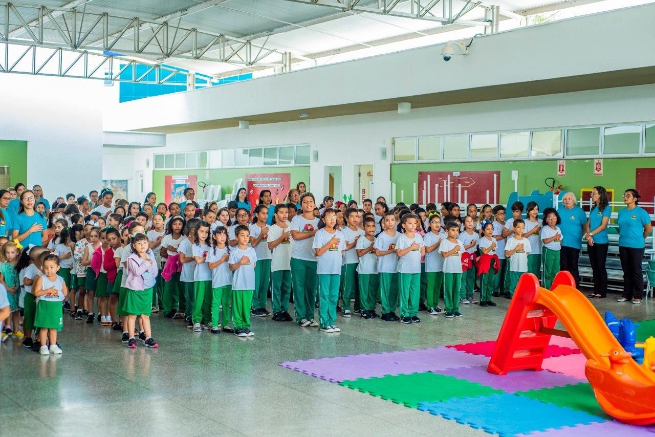 As crianças acompanharam o hasteamento da Bandeira e cantaram o Hino Nacional antes das aulas