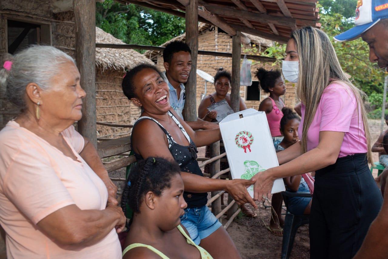 Família recebe cesta básica das mãos de Ana Paula, em ação solidária realizada pelo Gedema em Pinheiro