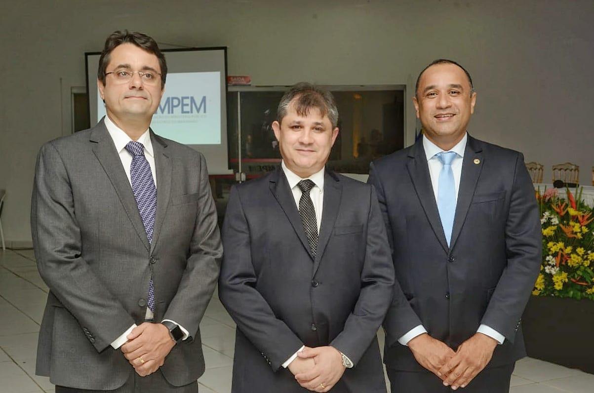 Tarcísio Bonfim, o empossado, Gilberto Câmara, e o deputado Roberto Costa