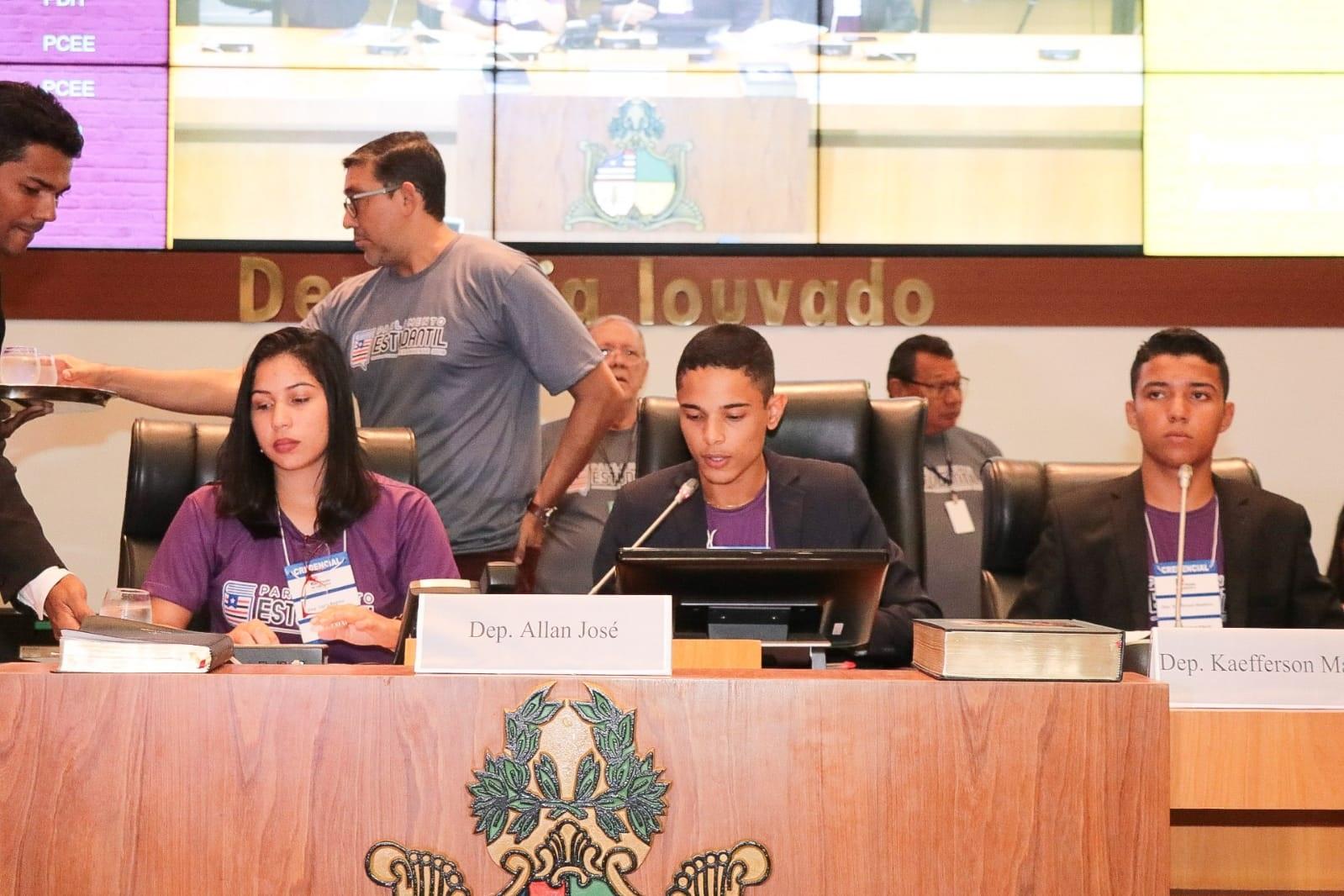 A Mesa Diretora do Parlamento Estudantil formada pelos deputados estudantes Alan José, Lúcia Regina e Antônio Keeferson