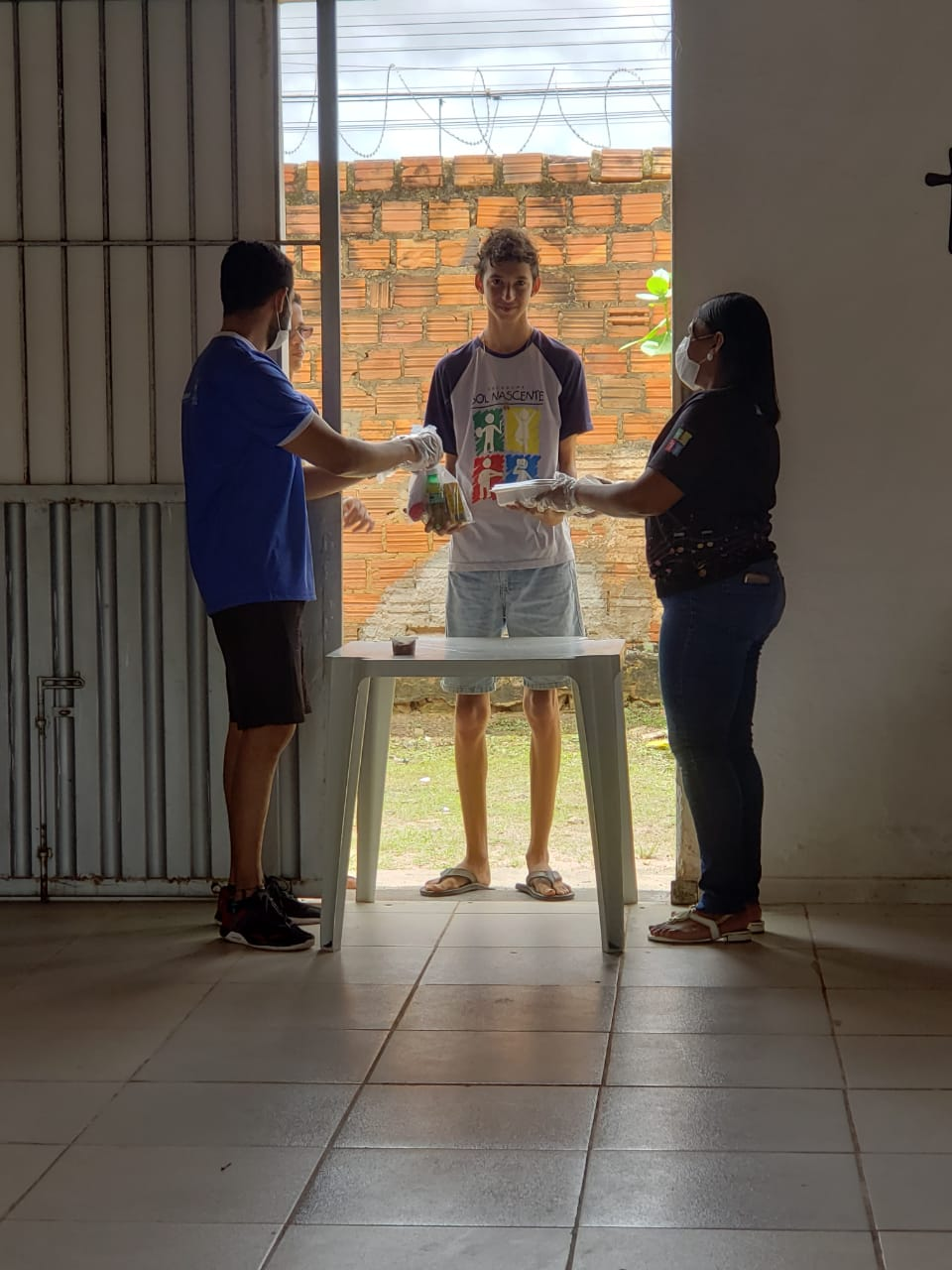 Equipe do Gedema entrega alimentos a adolescente integrante do programa