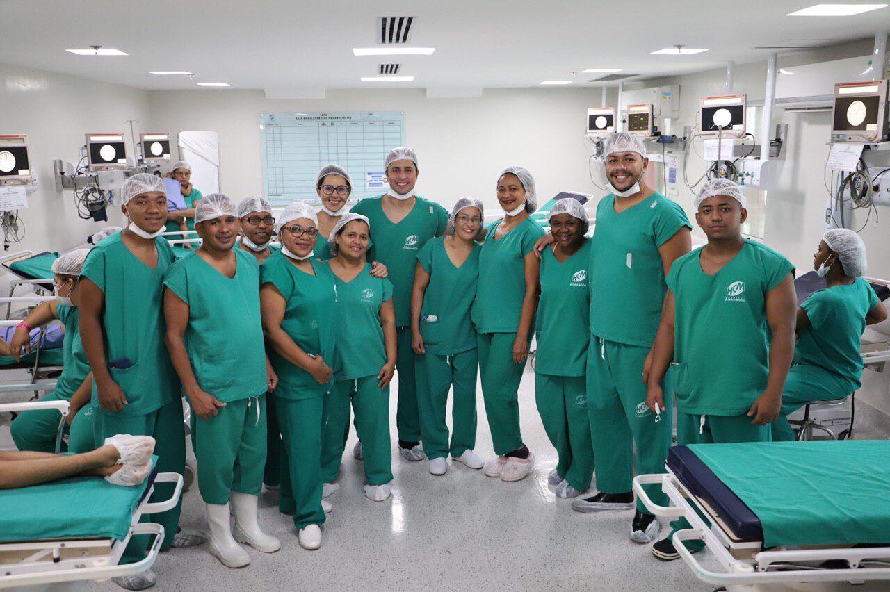 Duarte Jr com profissionais do Hospital Carlos Macieira, no mutirão de cirurgias pediátricas realizado no final de semana