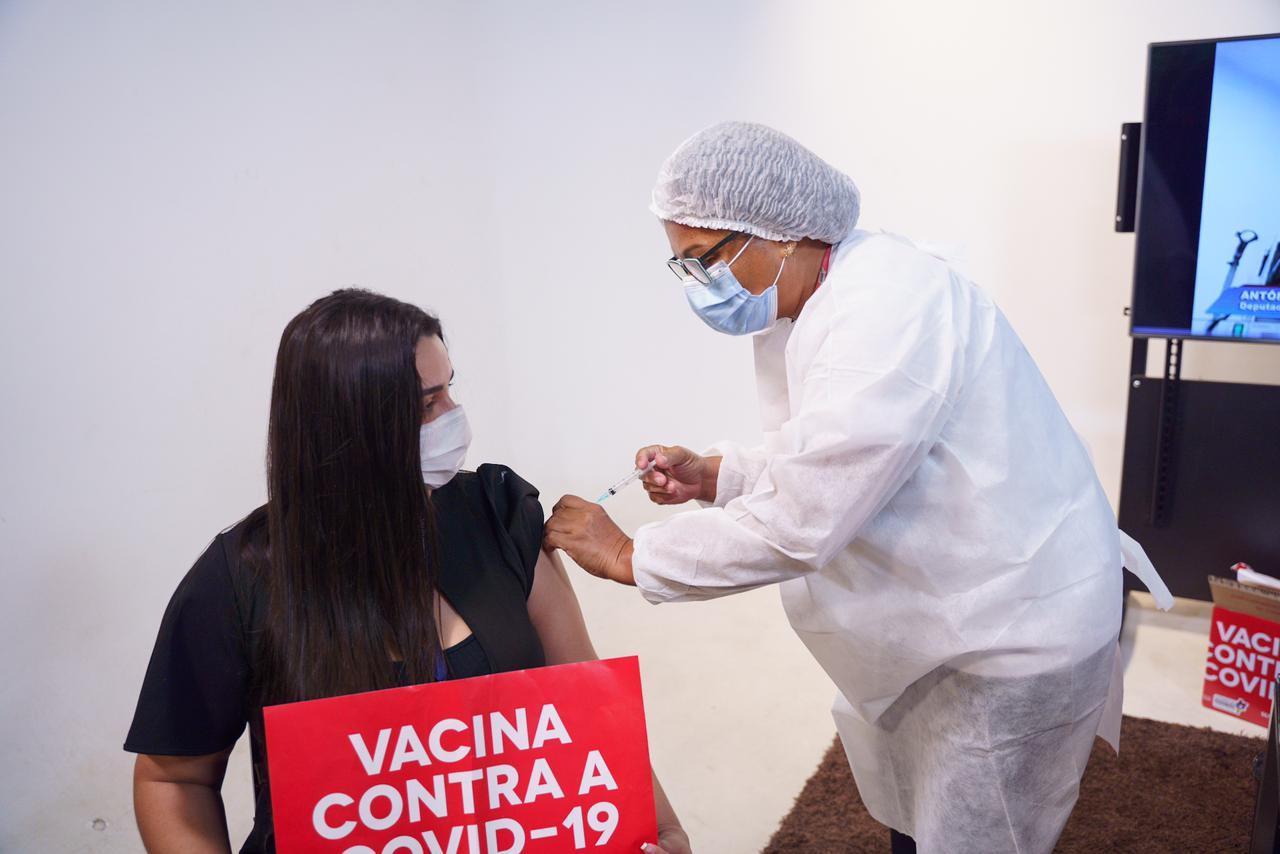 Jornalista Jéssica Barros recebe primeira dose do imunizante contra o novo coronavírus