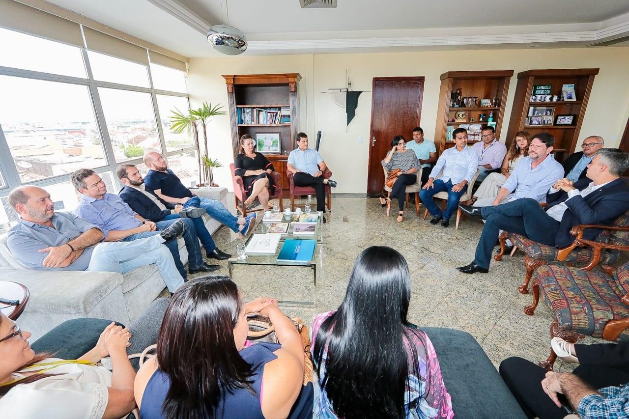 A comitiva de parlamentares reuniu-se com o prefeito de Sobral, Ivo Gomes, e gestores de diversas áreas do município